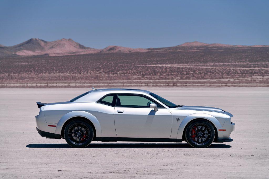 Новый Dodge Challenger SRT Hellcat Redeye, вид сбоку