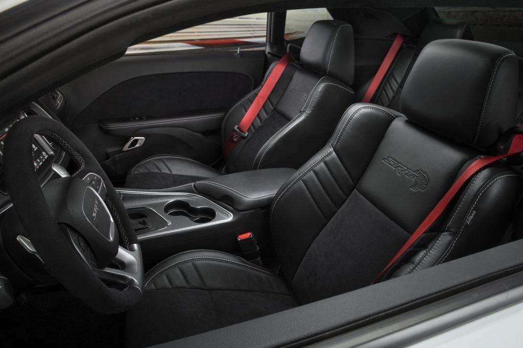 Dodge Challenger SRT Hellcat Redeye, передние сиденья