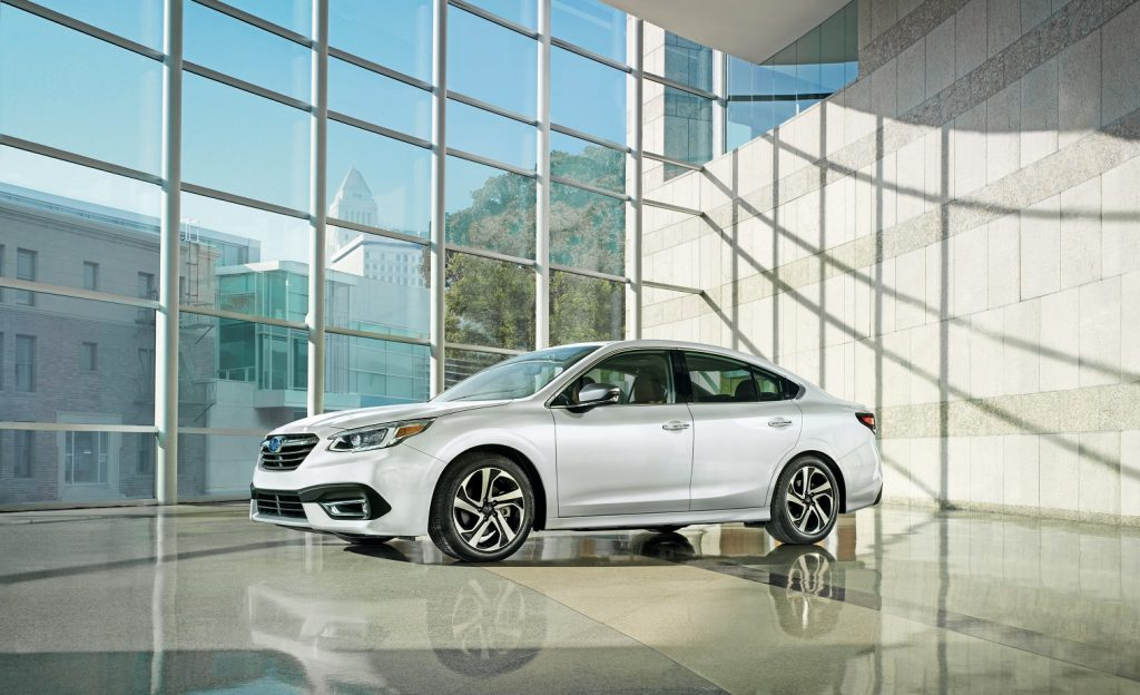 Subaru Legacy 2019, вид на переднюю диагональ