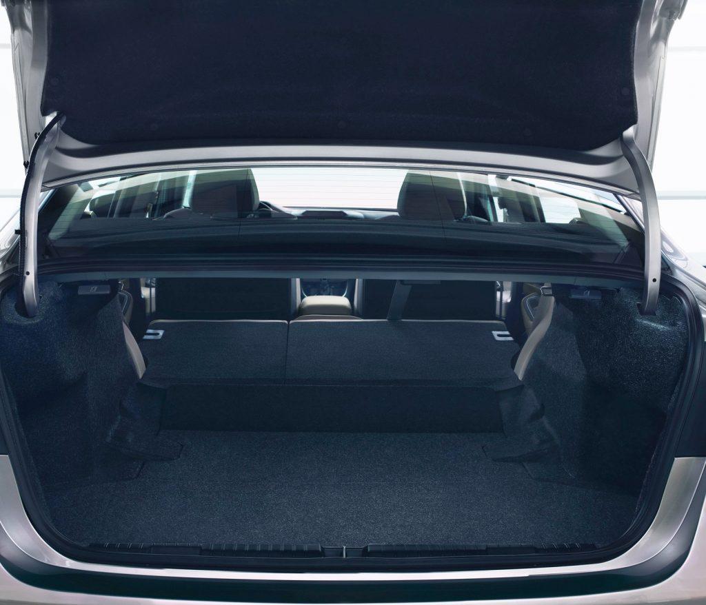 Subaru Legacy 2019, багажник