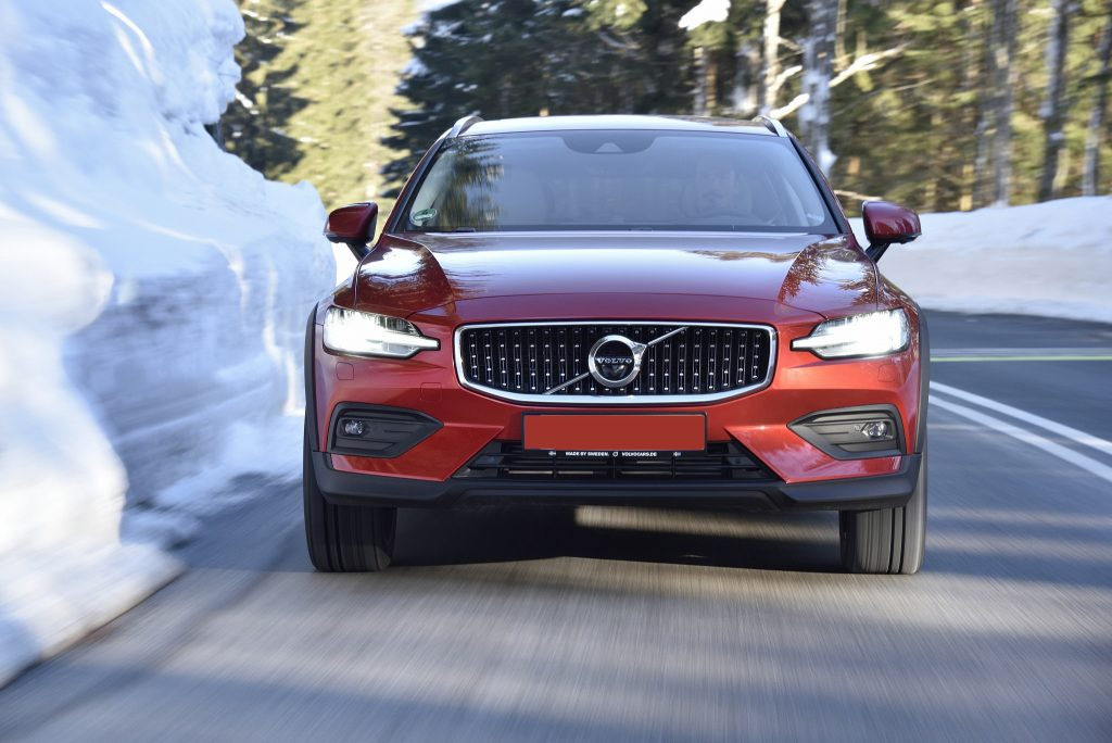 Volvo V60 Cross Country 2019, вид спереди