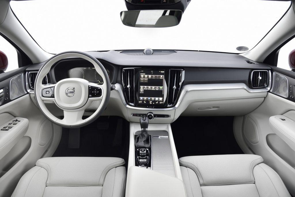 Volvo V60 Cross Country 2019, передняя панель