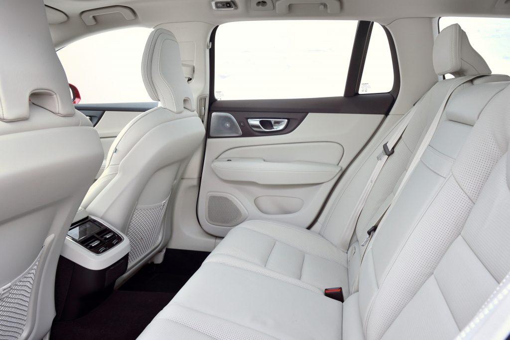 Volvo V60 Cross Country 2019, задние сиденья