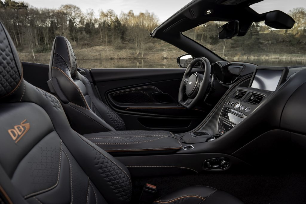 Aston Martin DBS Superleggera Volante, передние сиденья
