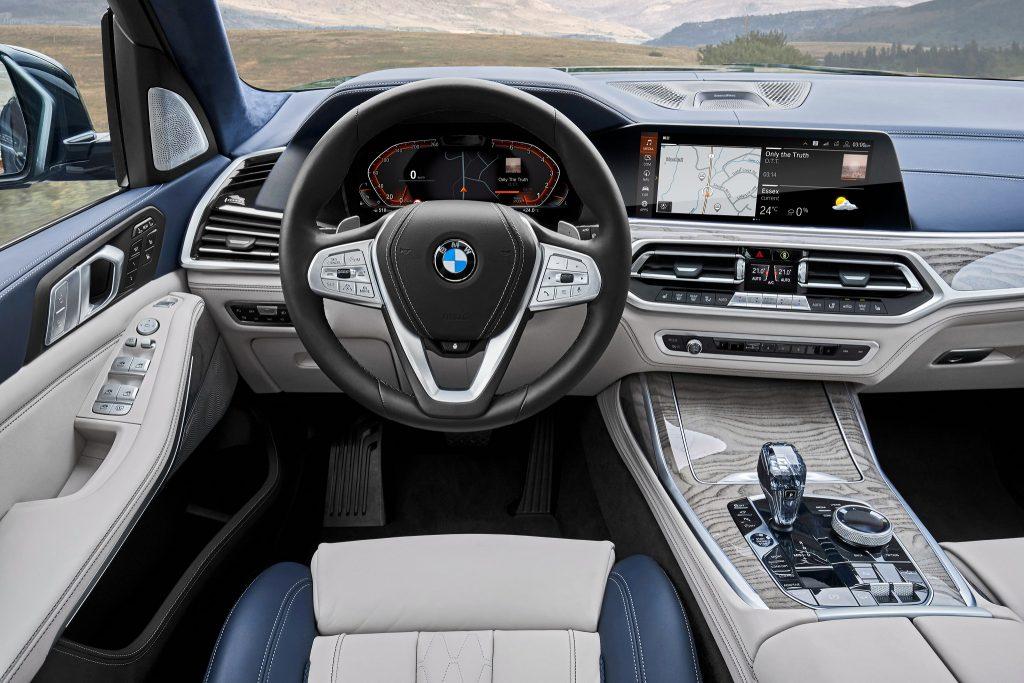BMW X7 2019, передняя панель