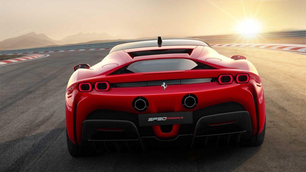 Новый Ferrari SF90 Stradale, вид сзади