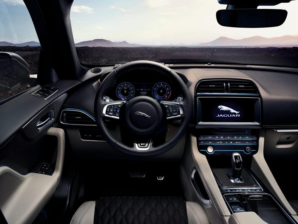 Новый Jaguar F-Pace SVR, передняя панель