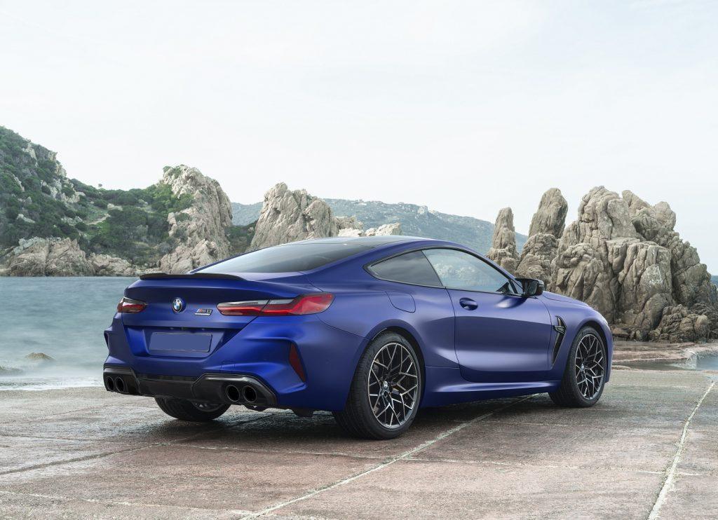 Новый BMW M8, вид на заднюю диагональ
