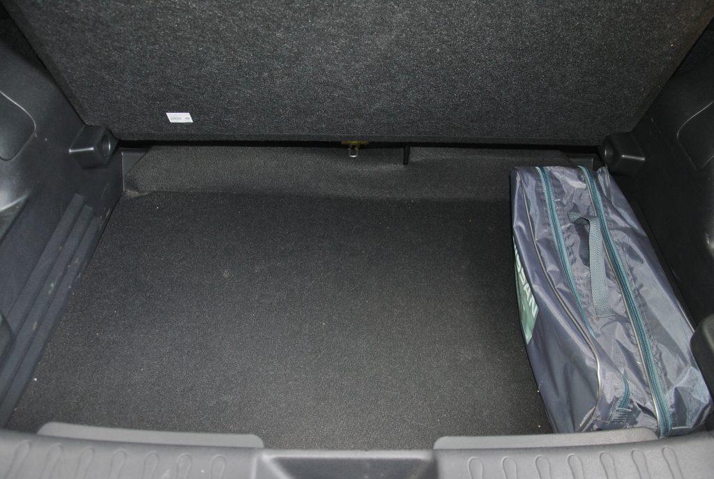 Многоуровневый пол багажника прячет дополнительное отделение