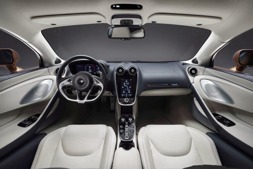 Новый McLaren GT, передняя панель