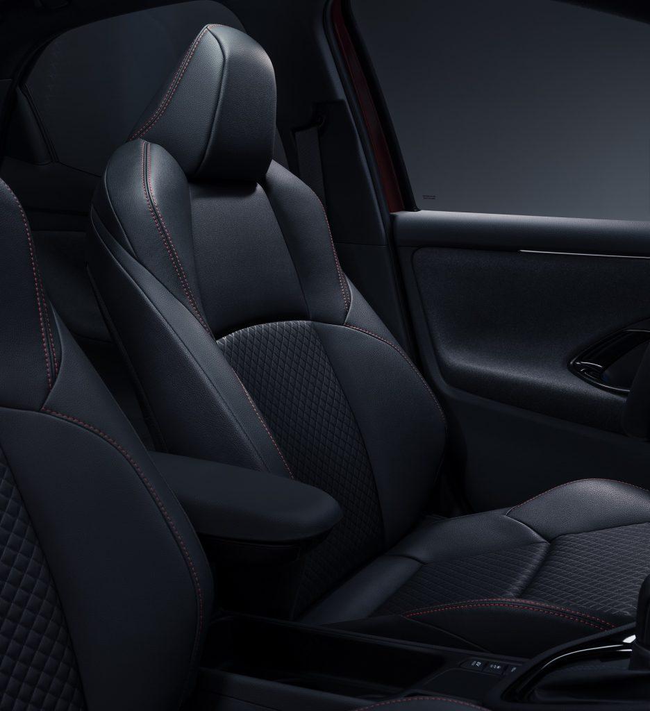 Новая Toyota Yaris, передние сиденья