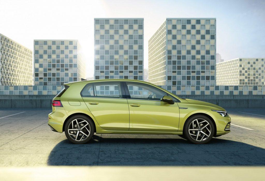 Новый Volkswagen Golf, вид сбоку