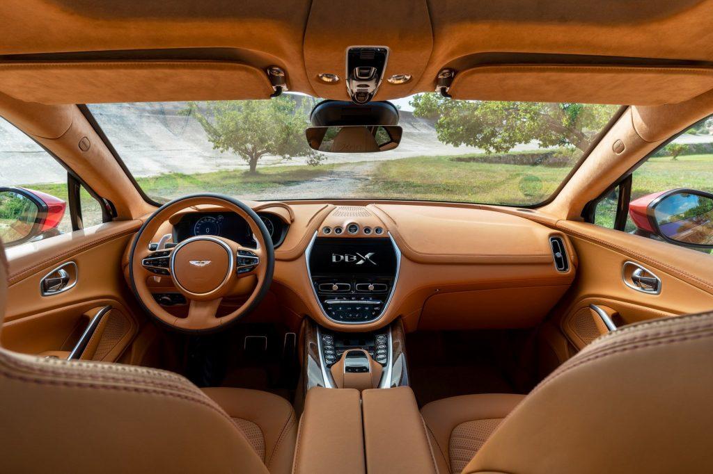 Новый Aston Martin DBX, передняя панель