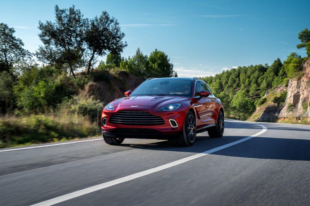 Aston Martin DBX 2020, вид спереди