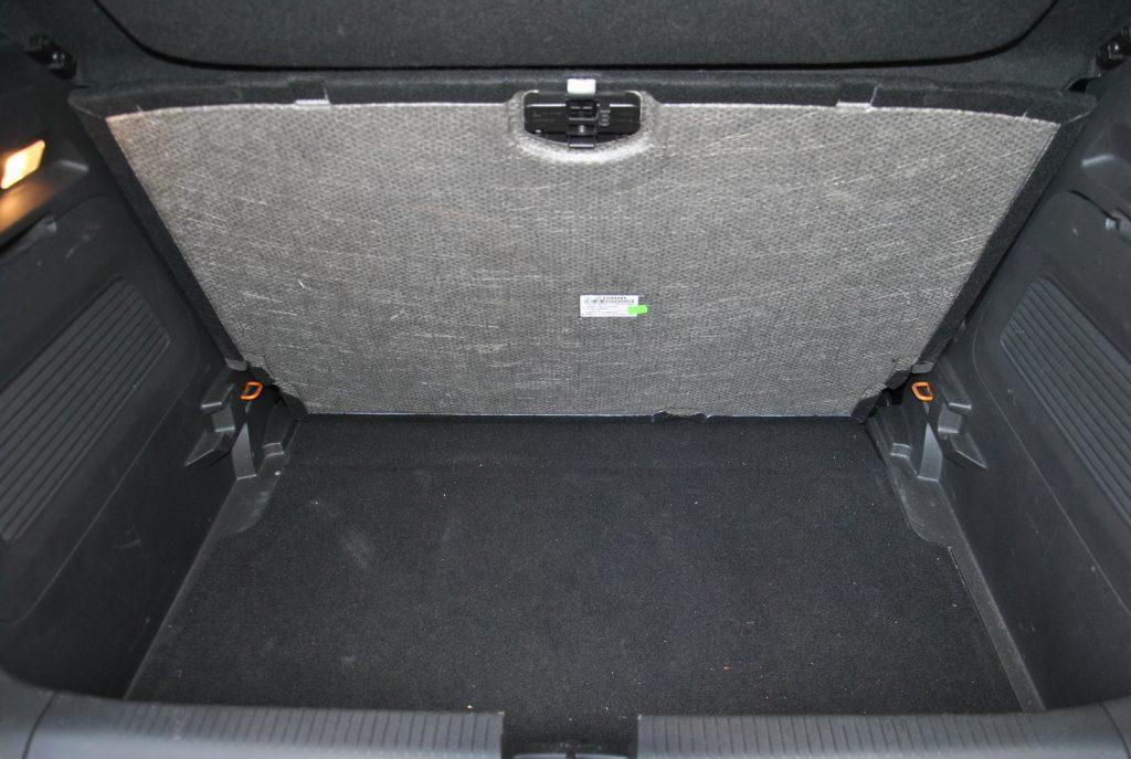 Opel Crossland X, двухуровневый пол