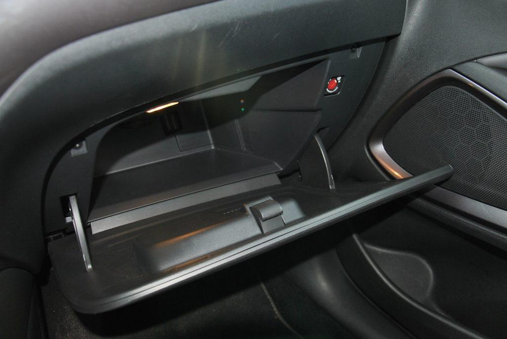 Opel Crossland X, перчаточный ящик