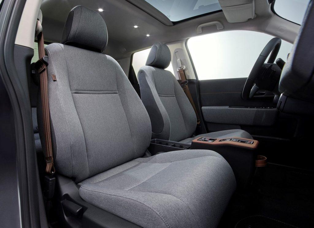 Honda e, передние сиденья