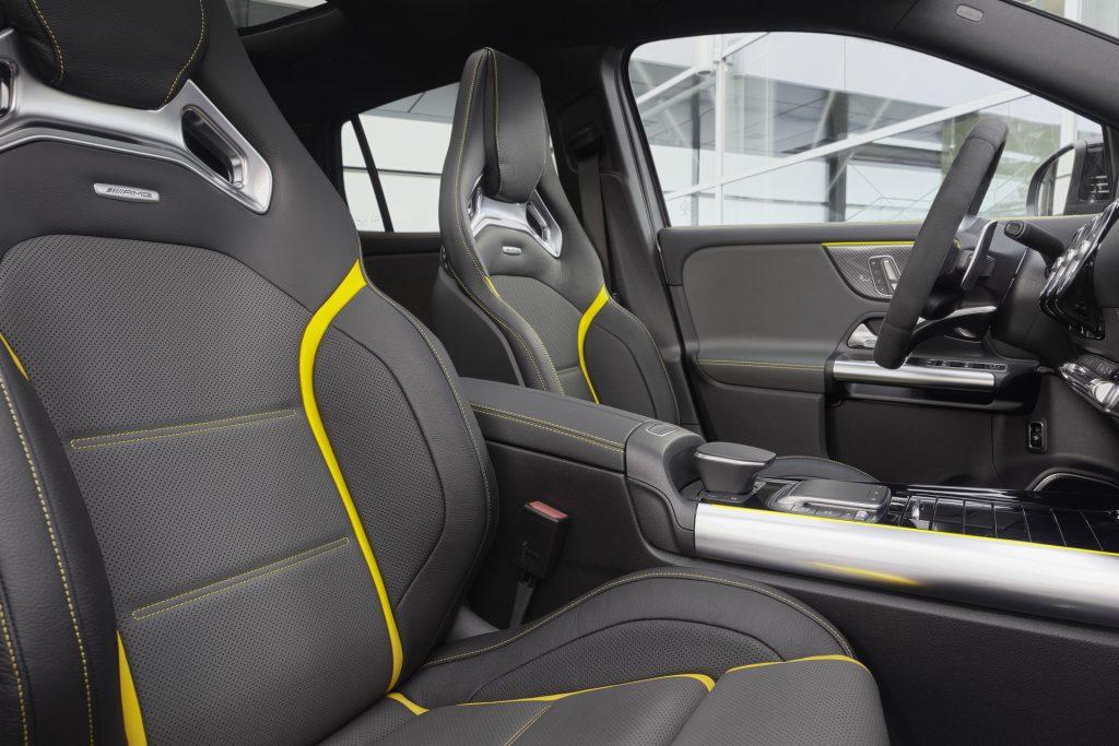 Новый Mercedes-AMG GLA45, передние сиденья
