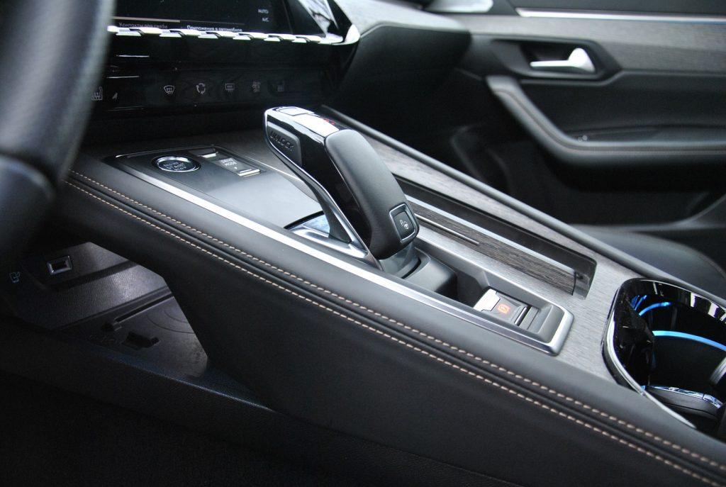 Peugeot 508, селектор трансмиссии и беспроводная зарядка