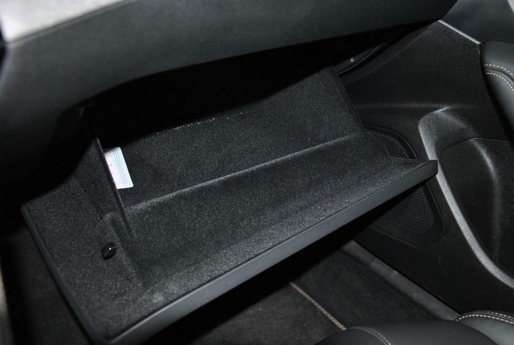 Peugeot 508 2020, перчаточный ящик