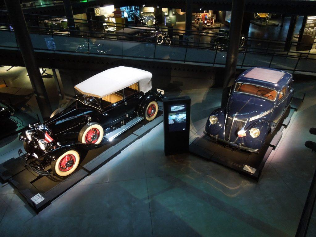 Cadillac V8 президента Латвии и Renault Viva Gran Sport посла Франции