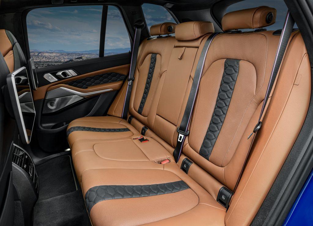 BMW X5M 2020, задние сиденья