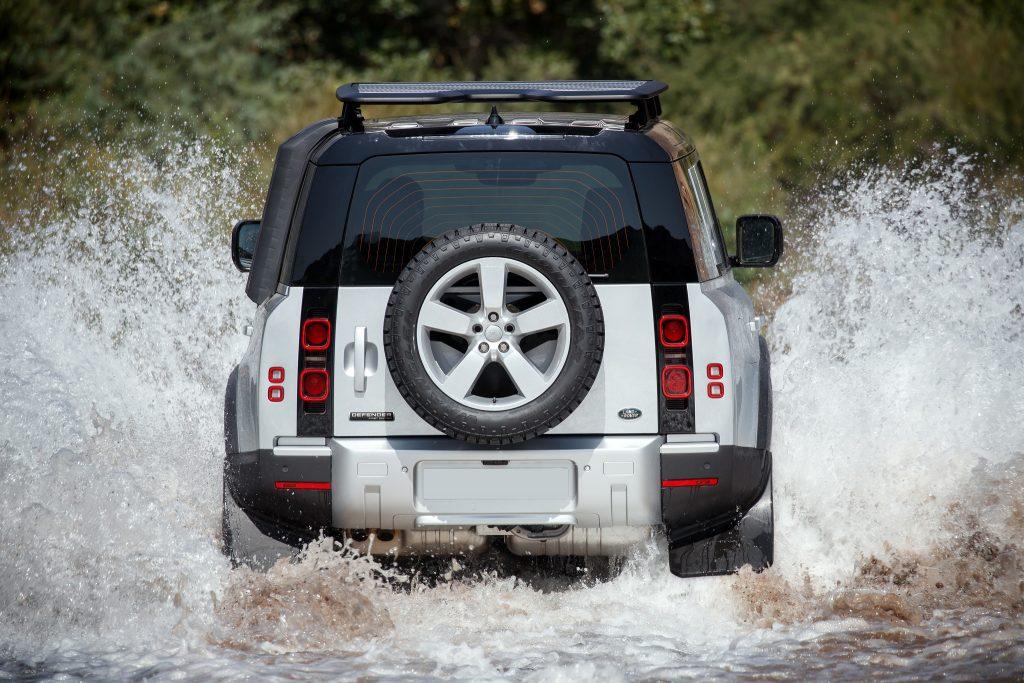 Land Rover Defender 2020, вид сзади