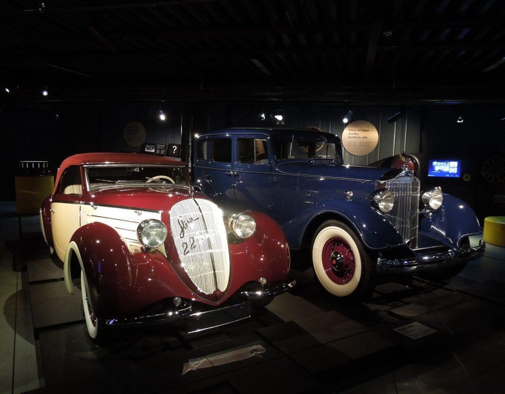 Steyr 220 и Packard Eight
