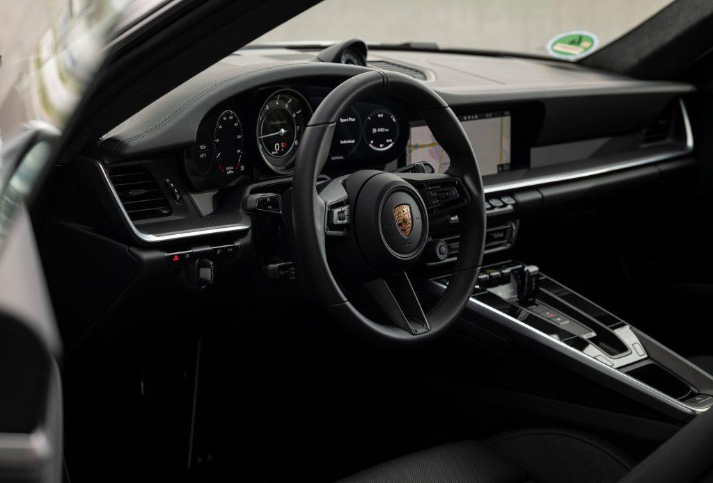 Porsche 911 Turbo S 2020, передняя панель