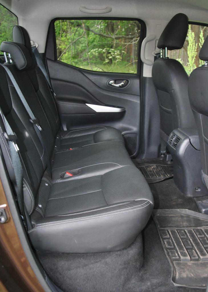 Nissan Navara, задние сиденья с подъемной подушкой