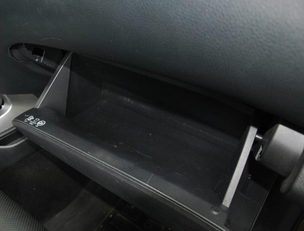 Новый Nissan Navara, перчаточный ящик