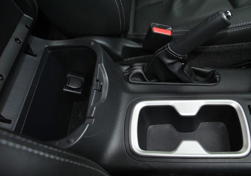 Nissan Navara, бокс в подлокотнике