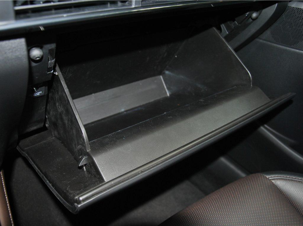 Mazda CX-30, перчаточный ящик