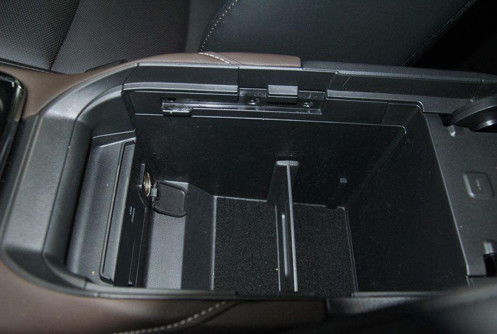 Mazda CX-30, бокс в подлокотнике