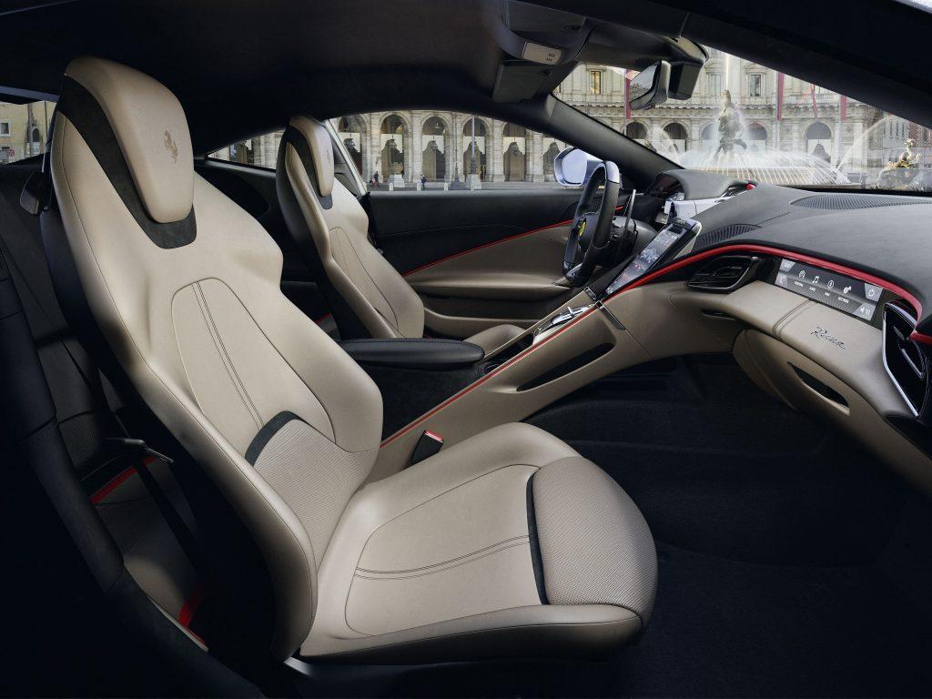 Новый Ferrari Roma, передние сиденья