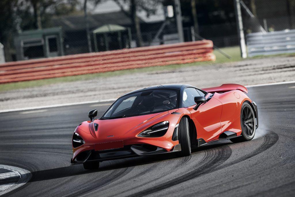 McLaren 765LT, вид на переднюю диагональ