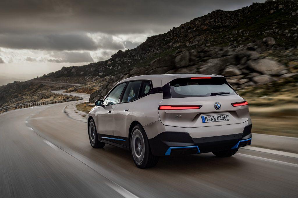 BMW iX 2021, вид сзади