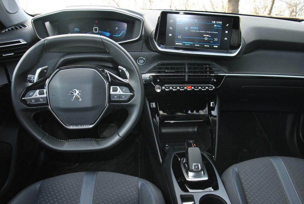 Новый Peugeot 2008, передняя панель