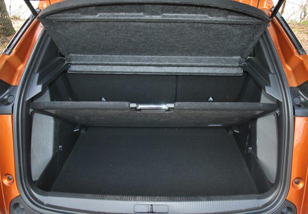 Peugeot 2008 2020, двухуровневый пол багажника