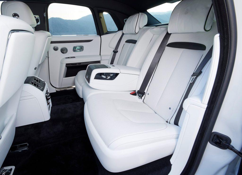 Rolls-Royce Ghost 2021, задние сиденья