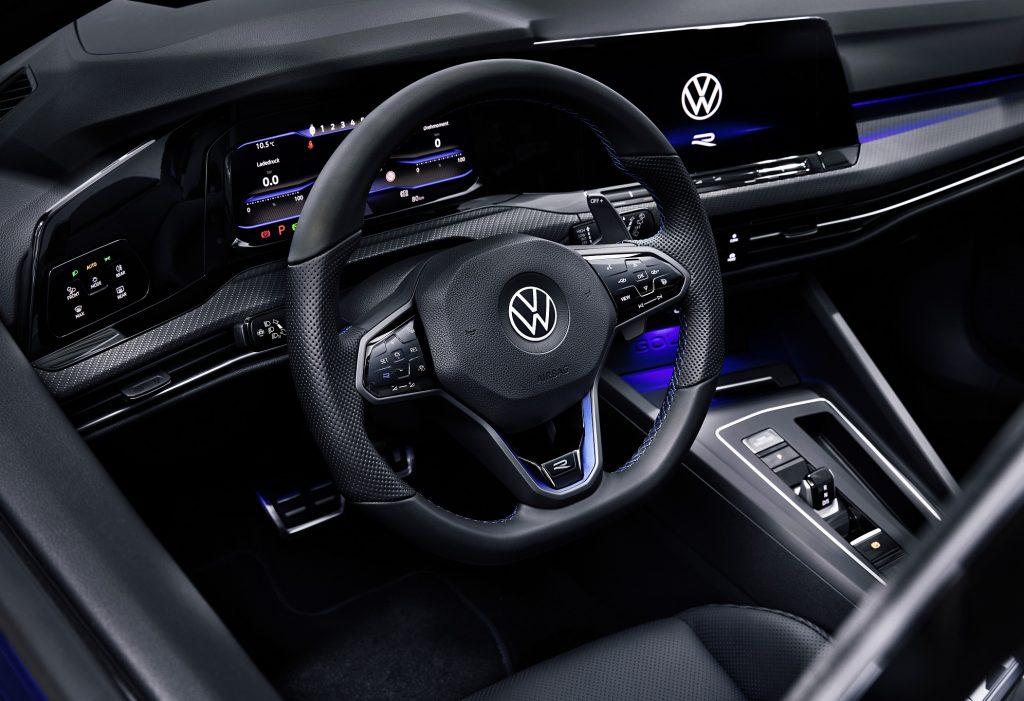 Volkswagen Golf R 2021, передняя панель