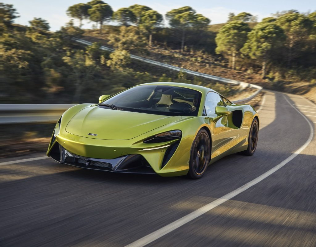 McLaren Artura 2021, вид спереди